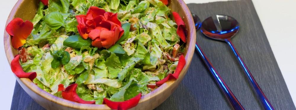 Bunter Sommersalat mit Wildkräutern